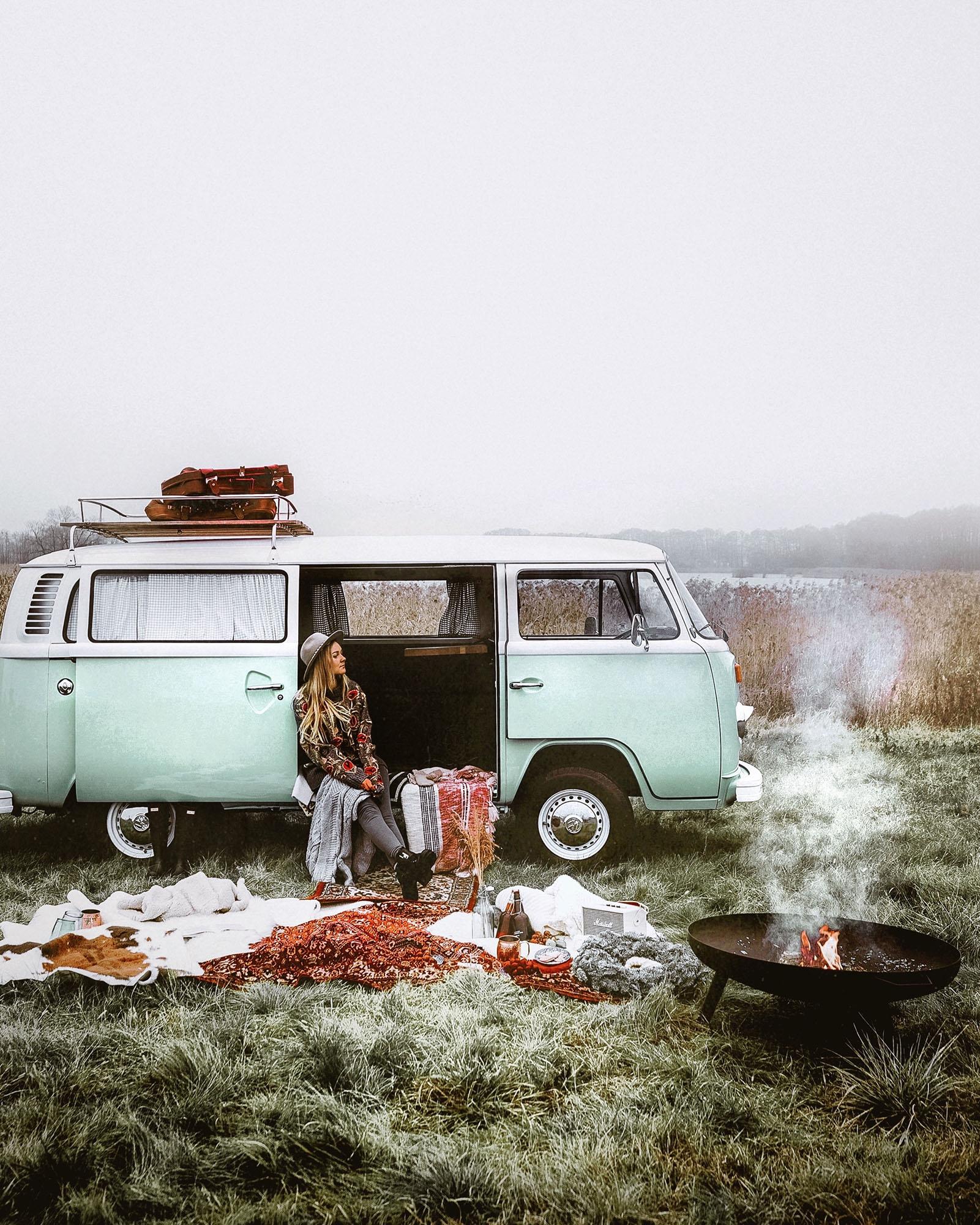 zimowy piknik z miętowym camperem i ogniskiem
